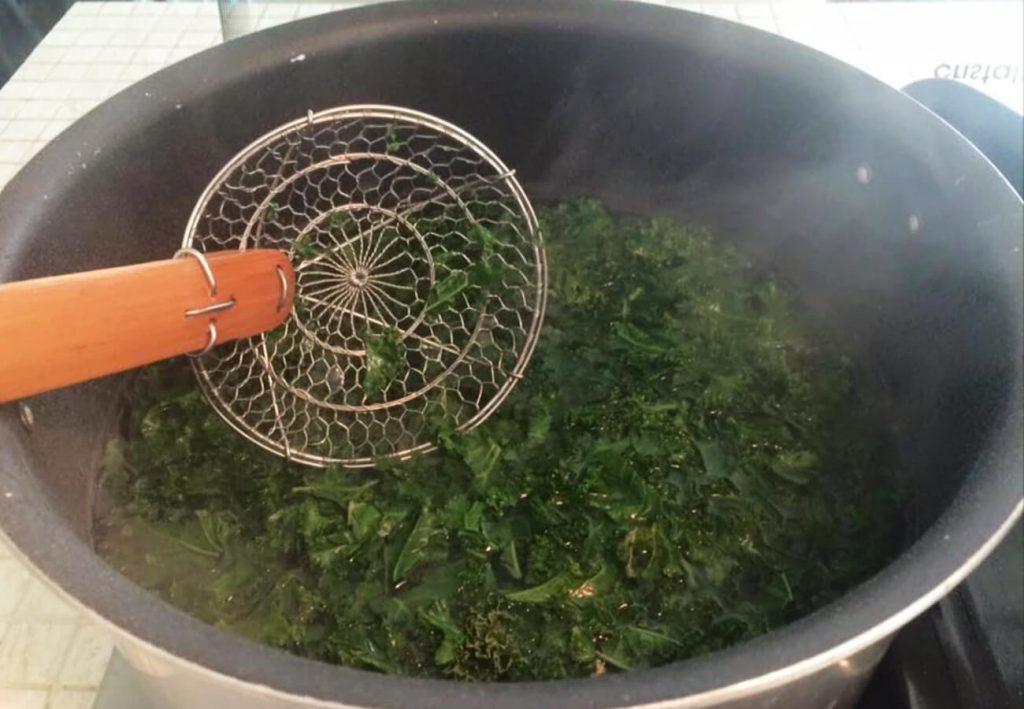 Kale en agua hirviendo